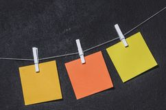 在一条绳索的明亮的色的贴纸在黑暗的背景 库存照片