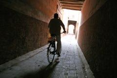 在一条缩小的街道的自行车 免版税库存照片