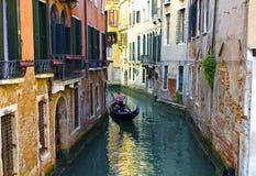 在一条美丽如画的威尼斯式运河的长平底船 免版税库存照片