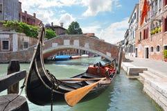 在一条美丽的运河的长平底船在威尼斯,意大利 免版税库存照片