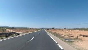 在一条美丽的风景沙漠风景和空的路的摩托车骑士乘驾在西班牙 最初人员查阅 股票录像