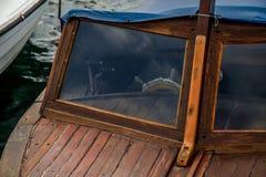 在一条老小船的方向盘 免版税图库摄影