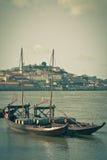 在一条老小船的葡萄酒桶在波尔图 免版税库存照片