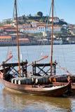 在一条老小船的葡萄酒桶在波尔图 免版税库存图片