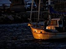在一条老游艇的日落 免版税图库摄影