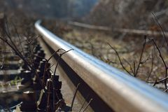 在一条老生锈的铁路的看法 免版税库存照片