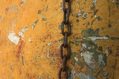 在一条老被打击的小船的垂悬的链子 免版税库存图片