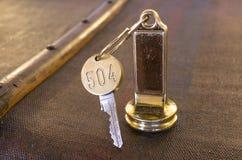 在一条老钥匙链的旅馆关键字 免版税库存图片