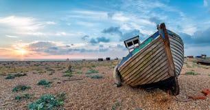 在一条老Wodden小船的美好的日出 免版税库存图片