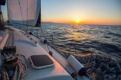 在一条航行游艇船小船的惊人的日落在海 豪华 免版税库存图片