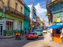 在一条著名的街道的都市场面在哈瓦那 库存图片