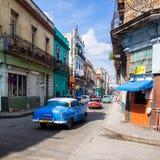 在一条著名的街道的都市场面在哈瓦那 免版税库存图片