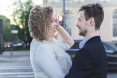在一条行人交叉路前面的年轻夫妇 免版税图库摄影