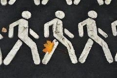 在一条行人交叉路的秋叶 库存照片