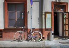 在一条街道上的一辆自行车在维尔纽斯,立陶宛老镇  免版税库存照片
