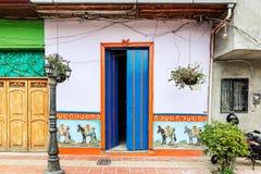 在一条街道上的五颜六色的殖民地房子在Guatape, Co的安蒂奥基亚省 免版税库存照片