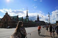 在一条街道上的人乘坐的自行车在Slotsholmen,在fam的看法 免版税库存图片