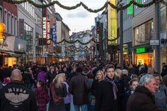 在一条街道上的人步行在亚琛 免版税库存照片