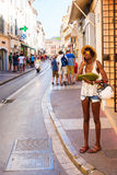 在一条街道上的人们在圣特罗佩,法国 库存图片