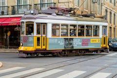 在一条街道上的传统电车在Praca de Comercio附近在里斯本 免版税库存图片