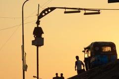 在一条街道上的低角度视图在日落期间 库存照片