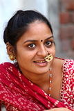在一条街道上的印地安妇女在艾哈迈达巴德 拍摄2015年11月1日在艾哈迈达巴德印度 免版税库存照片