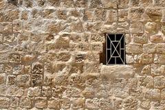 在一条街道上的古老墙壁在耶路撒冷,以色列 库存照片