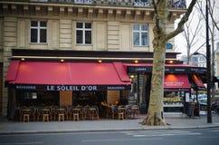 在一条街道上的啤酒店在巴黎 库存图片