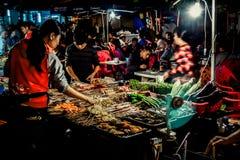 在一条街道上的夜咖啡馆在三亚 免版税库存照片