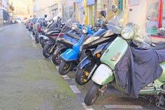 在一条街道上的摩托车停车处在巴黎的中心 图库摄影