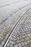 在一条街道上的电车轨道在里斯本 免版税库存照片