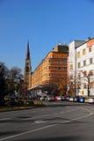 在一条街道上的看法在有一个大教堂的诺维萨德在背景中 免版税图库摄影