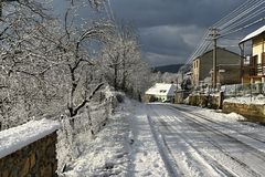 在一条街道上的第一冬天雪在小镇Slovenska Lupca,斯洛伐克 库存图片