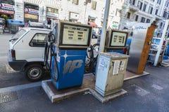 在一条街道上的被放弃的加油站在罗马 库存照片