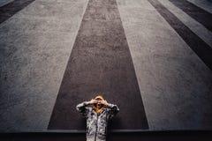 在一条街道上的青春期前的男孩在单独一座高层建筑物旁边的一个大城市 库存图片