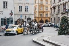 在一条街道上的马和支架游览在布拉格,捷克 库存图片