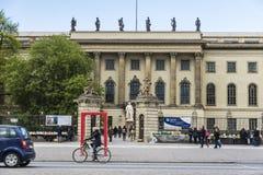 在一条街道上的骑自行车者在柏林,德国 免版税库存图片