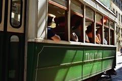 在一条街道上的绿色历史电车在里斯本,葡萄牙 免版税库存照片