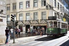 在一条街道上的绿色电车在里斯本,葡萄牙 免版税库存图片