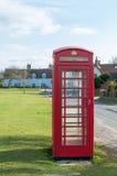 在一条街道上的BT红色电话亭在剑桥,英国 免版税库存照片