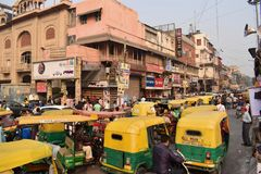 在一条街道上的Tipical堵车在德里市 免版税图库摄影