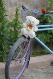 在一条街道的一辆美丽的带淡红色的自行车有绿色背景 图库摄影