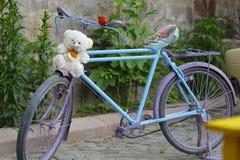 在一条街道的一辆美丽的自行车有绿色背景 库存图片