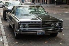 在一条街道的克莱斯勒经典汽车在西方人的正方形旁边在西雅图,华盛顿,美国 库存图片