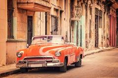 在一条街道的葡萄酒经典美国汽车在哈瓦那旧城古巴 免版税库存照片