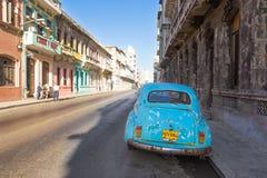 在一条街道的经典葡萄酒汽车在哈瓦那 免版税图库摄影