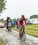 在一条被修补的路的骑自行车者马勒Taaramae -环法自行车赛201 免版税库存照片