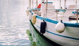 在一条被停泊的小船的浮体 免版税库存照片