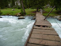 在一条被充斥的小河的损坏的木桥 免版税库存照片