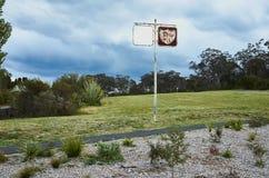 在一条被放弃的跑道的生锈的加油站标志 库存照片